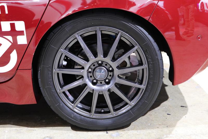 SANKO WORK'Sの車高調正式サスペンションで車高が下げられている。二段階調整式の特別仕様GTウイングもSANKO WORK'S製。タイヤは横浜ゴムのアドバンA052を装着。ブレーキパッドはBRIGの競技用を使用