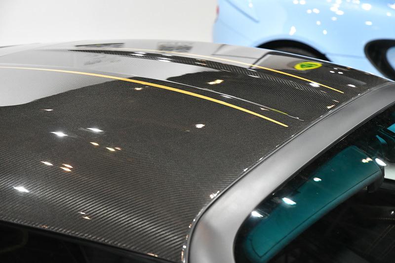 フロントアクセスパネル、ハードトップ、フューエルリッド、リアウイングアップライトにはMars Goldの特別ハイライトペイント