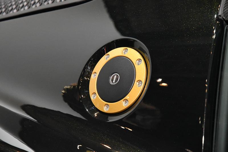 エクステリアは、通常ラインアップで選択できないゴールドのメタリックが入った「モータースポーツブラック」