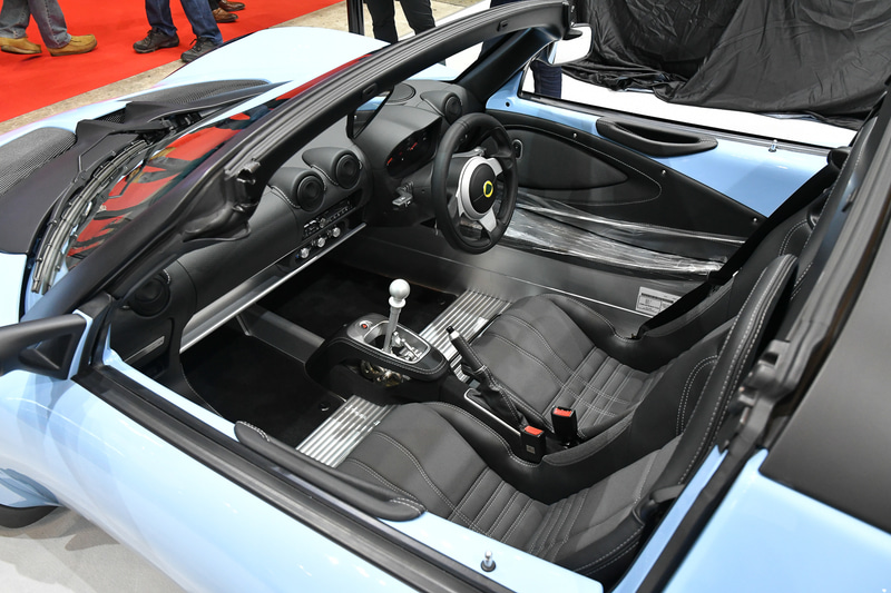 「エリーゼ スポーツ 220」はスカイブルーの特別色で装っている