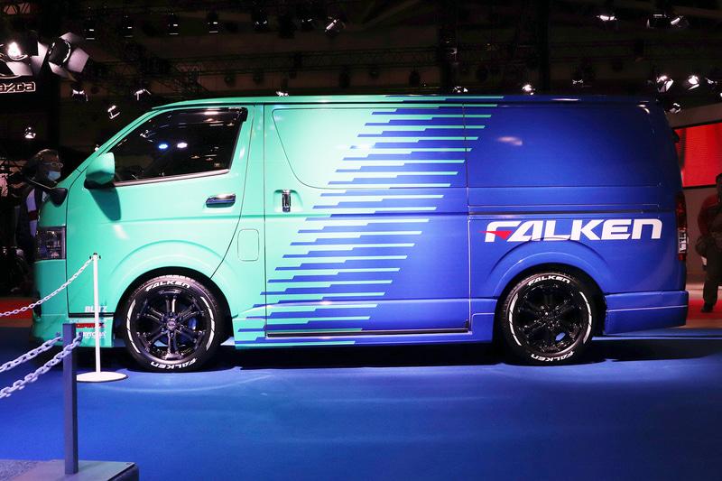 こちらもファルケンカラーのトヨタ自動車「ハイエース」。タイヤは「W11」を装着