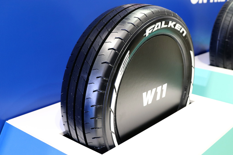 高荷重に対応するほか、専用のリブパターンでウェット性能を高めたW11