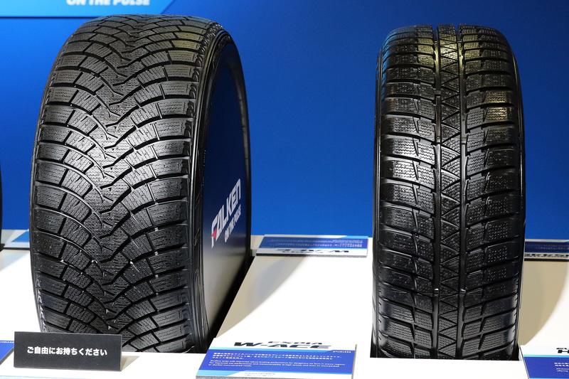 左はスタッドレスタイヤの「ESPIA W-ACE」、右はヨーロッパで冬用タイヤとしての認証も受けているオールシーズンタイヤ「EUROWINTER HS449」
