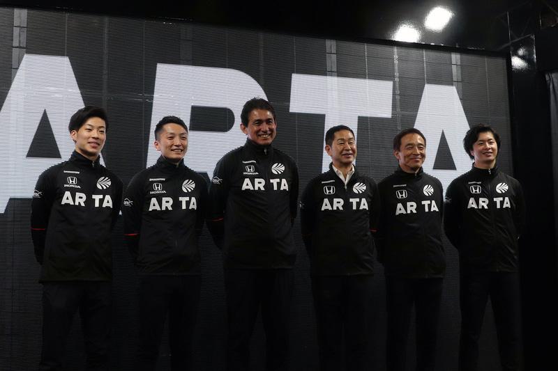 左から福住仁嶺選手、野尻智紀選手、鈴木亜久里総監督、土屋圭市エグゼクティブアドバイザー、高木真一選手、大湯都史樹選手