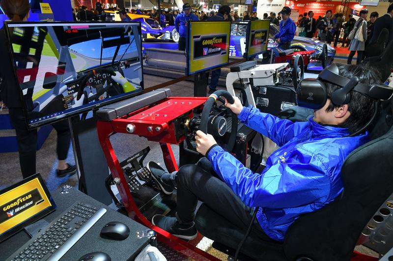 傾いたり振動したりするシートで、VRを使ってレースを体験できる