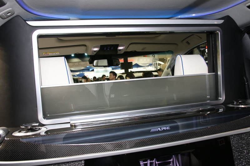 パーテーションを上げれば後席は完全に独立した空間となり、オーディオ的にも4ch+ウーファーのこだわりの空間を構築する