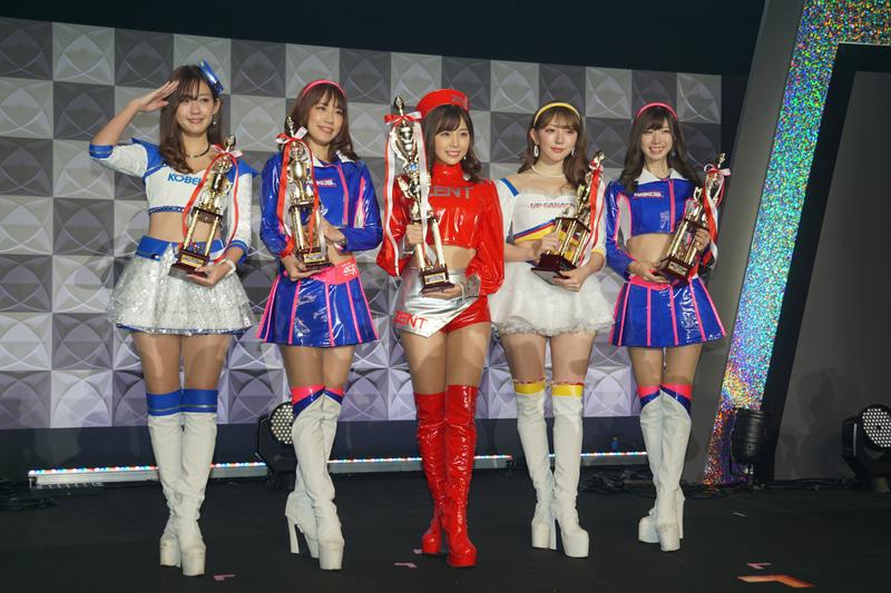 日本レースクイーン大賞を受賞した左から中村比菜さん、霧島聖子さん、川村那月さん、神尾美月さん、生田ちむさん