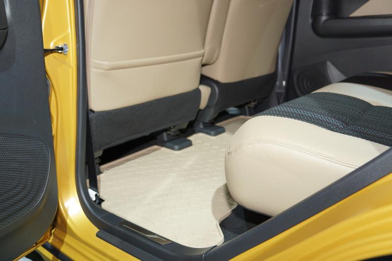 車内ではインテリアトリムやシート表皮とカラーコーディネートした「オールウェザーマット」を備えてSUVテイストを強調