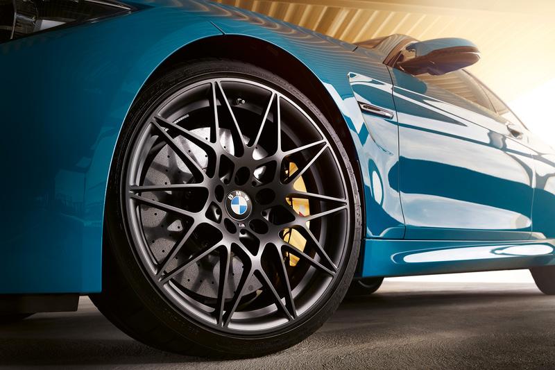 専用色となるオービット・グレーの20インチ Mライト・アロイ・スポーク・スタイル 666Mや、Mモデルを象徴する3色のストライプが直接織り込まれた専用Mストライプ入りカーボンルーフとカーボンインテリアを装着