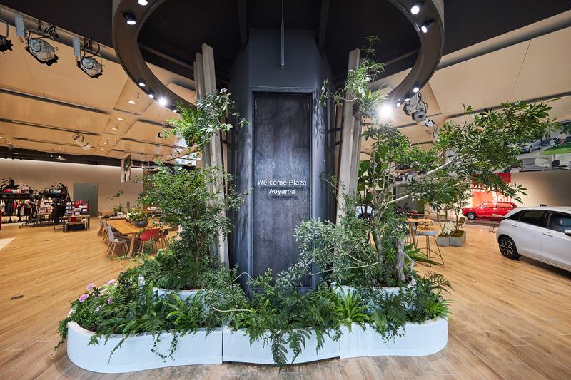 メインエントランスに設置された「ワイガヤの木」。ホンダの事業所がある世界各国の植栽を用いた