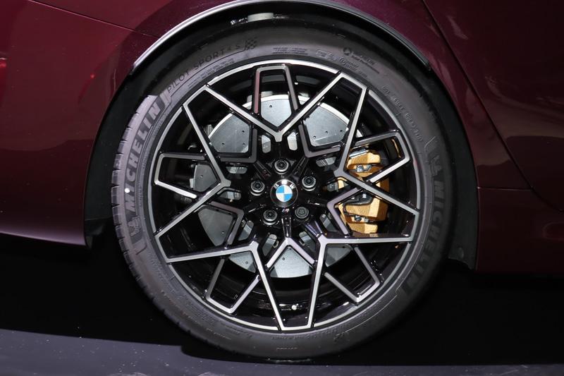 タイヤサイズは全車フロント275/35ZR20、リア285/35ZR20。ホイールはCompetition専用の「M ライト・アロイ・ホイール・スタースポーク・スタイリング813M」