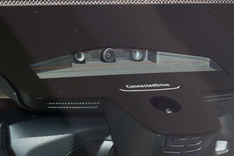 ADAS(先進運転支援システム)の「ハンズ・オフ機能付き渋滞運転支援機能」など多彩な先進装備の要となるフロントウィンドウの「トライカム」。3種類それぞれ異なるカメラを使っていることが見て取れる