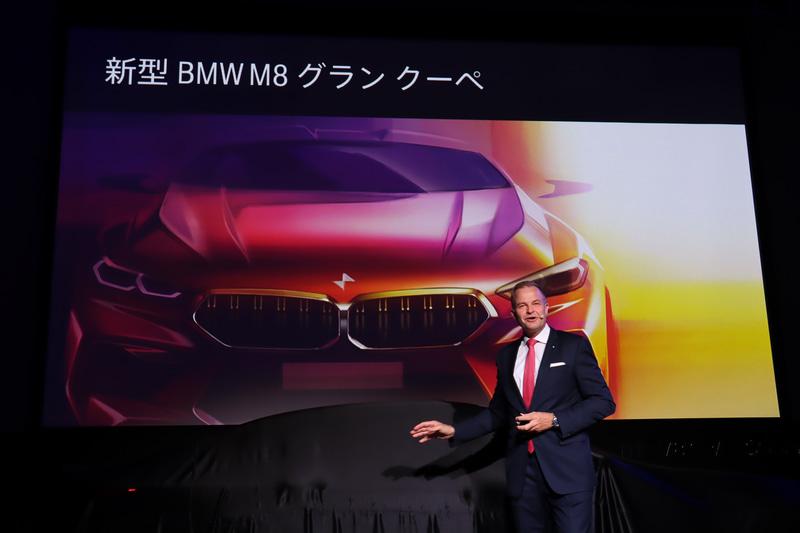 ステージ上で新規車種となるM8 グラン クーペが日本初公開された