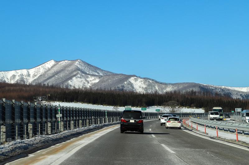 雄大な景色を眺めながら、道路にほとんど雪がなかったとかち帯広空港の周辺や高速道路を抜け、星野リゾートトマムの最寄りICに向かう