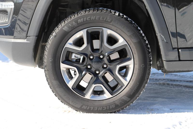 今回試乗したコンパス Trailhawkのボディサイズは4410×1810×1665mm(全長×全幅×全高)、ホイールベースは2635mm。最低地上高は205mm、最小回転半径は5.7m。タイヤはミシュラン製スタッドレスタイヤ「X-ICE3+」を装着。タイヤサイズは225/55R18