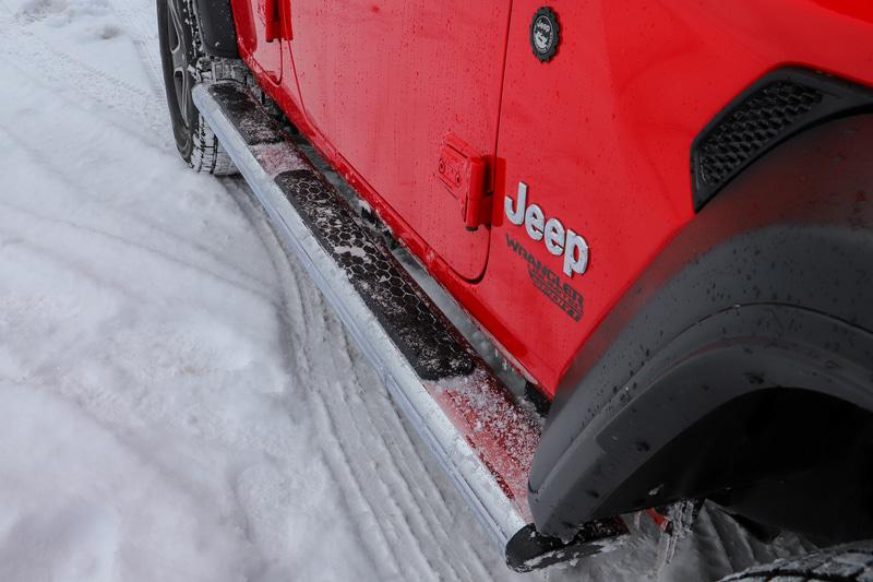 もう1台の相棒となったラングラー Unlimited Sport。ボディサイズは4870×1895×1840mm(全長×全幅×全高)で、ホイールベースは3010mm。最低地上高は200mm、最小回転半径は6.2m。グッドイヤー製スタッドレスタイヤ「ICE NAVI SUV」を装着。サイズは265/70R17