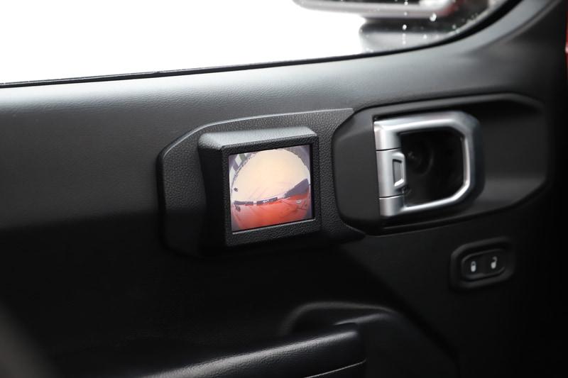 ATシフトレバーの左に手動でレンジを切り替えできる「セレクトラックフルタイム4×4システム」のレバーを配置するラングラーの特徴的なインテリア