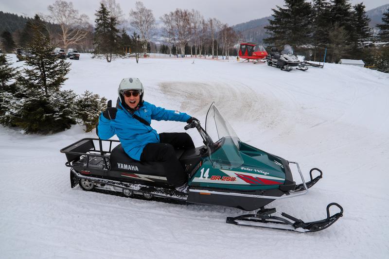 雪のため雪上での乗馬はできなかったが、スノーモービルを体験。星野リゾート トマムで体験できるスノーモービルは、16歳以上であれば特別なライセンスなどは不要で運転を楽しめる