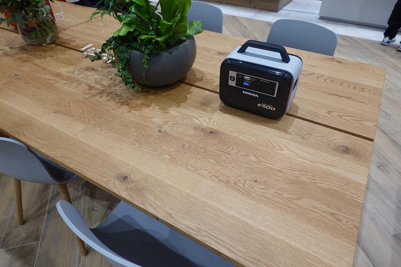 E500が装備(というよりは置いてあるのだが)されたテーブル。シンプルなデザイン