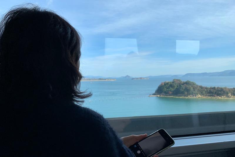 JR瀬戸大橋線の特急列車「南風」から瀬戸内海を見る