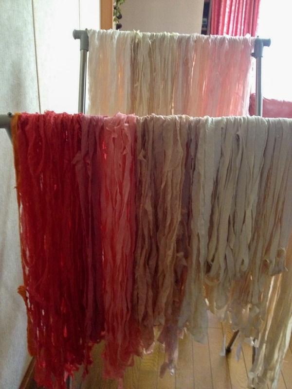 裂織はまず布を裂いて、色ごとに分ける作業から始まる