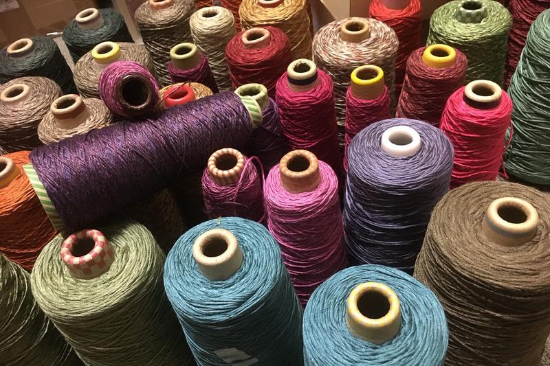 そこからこのような美しい糸が生まれ、織物になっていく