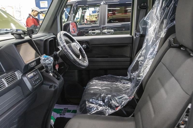 工場ではメカニックさんの運転で移動するが、乗り込む前にステアリングとシフトセレクター、シートをビニールカバーで保護
