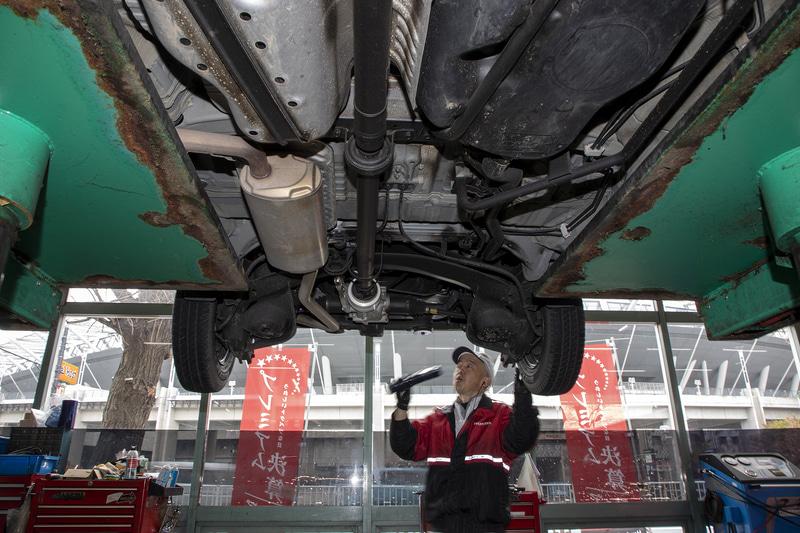 下まわりはリフトアップして目視で点検。まだ新車から2年以内のクルマなので、オイル漏れやブーツ類の破損もない