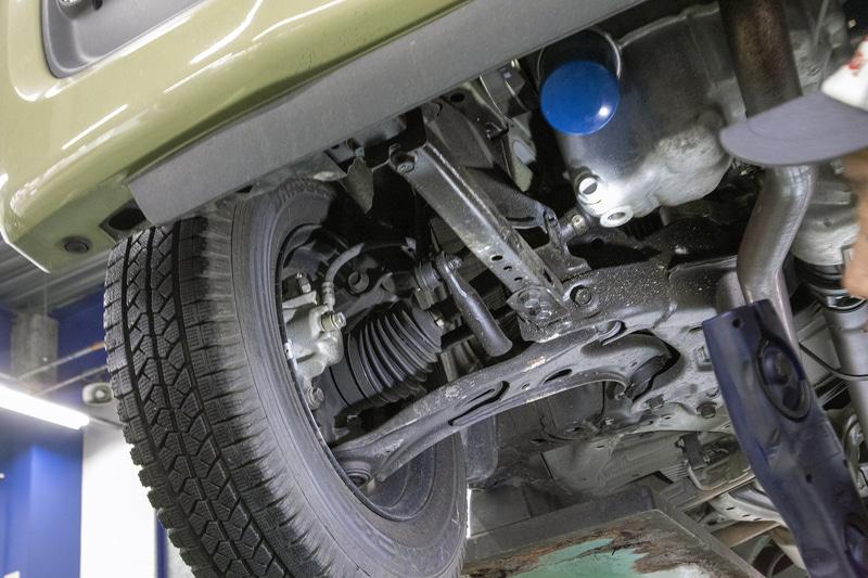 筆者のN-VANは2019年の冬前に、純正アクセサリーの下まわりの防錆塗装(スリーラスター)を塗布しており、タイヤハウス内が黒くなっている