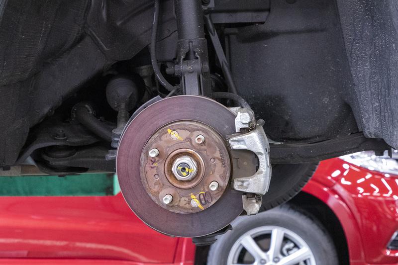 フロントブレーキはパッドの残量もあり、ローターの状態も十分。N-VANのブレーキは踏み始めでカクンと効くのでなく、少し奥で制動力が出る味付けでストロークもちょうどよく、筆者は扱いやすいと思っている