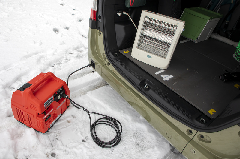 試しに自前のガソリン発電機で発電し、ラゲッジスペースに置いた電気ストーブを使ってみた。当然暖かい。ポータブル電源も持っているが250Wなので、早めに寝ると最も冷え込む朝方に電池切れになるという状況だったが、電源が取れるキャンプサイトなら電気毛布も余裕で使える