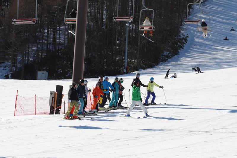 全日本スキー連盟(SAJ)の協力で、元オリンピック代表の吉岡大輔選手、元SAJデモンストレーターの小林祐大氏がコーチを務めるスキーレッスンを開催。1月21日~27日に募集を行ない、20名の応募枠に対して130名以上の応募があったとのこと