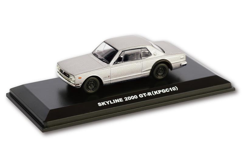 京商製1/64スケール「スカイライン 2000 GT-R(KPGC10)」のミニカーは、シルバーのボディカラーにリアウイングの付いていない郵便局限定販売仕様