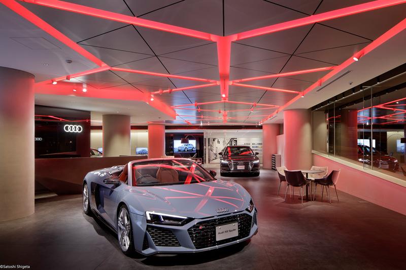 Audi City 紀尾井町の店舗内。バーチャルテクノロジーを駆使して車両紹介を行なう