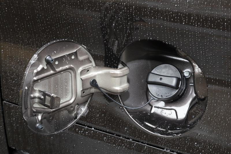 無鉛レギュラーガソリン仕様で燃料タンク容量は27L