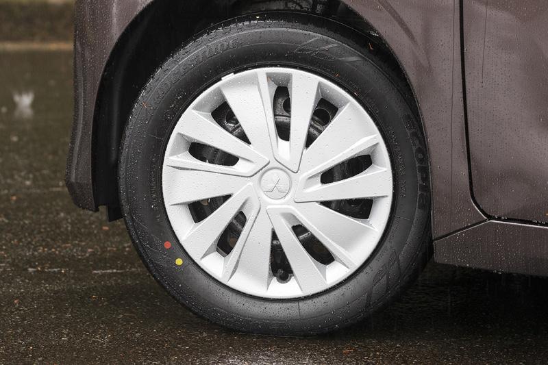 eKスペースのタイヤサイズは155/65R14で統一。M、Gグレードはカバー付のスチールホイールが標準となる