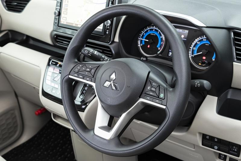M、Gグレードのステアリングはウレタンタイプ。撮影車両にはオプションのマイパイロットなどが装着されているためボタンが多い