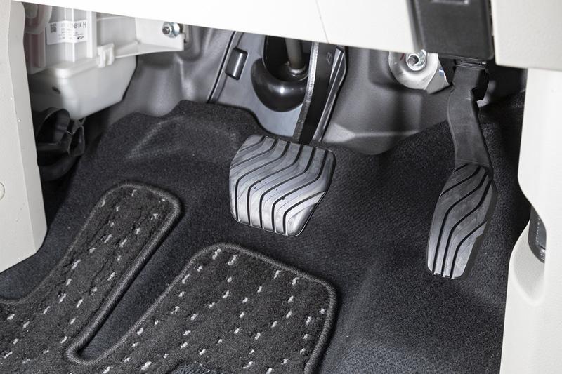 パーキングブレーキは電動タイプを採用しているため2ペダル