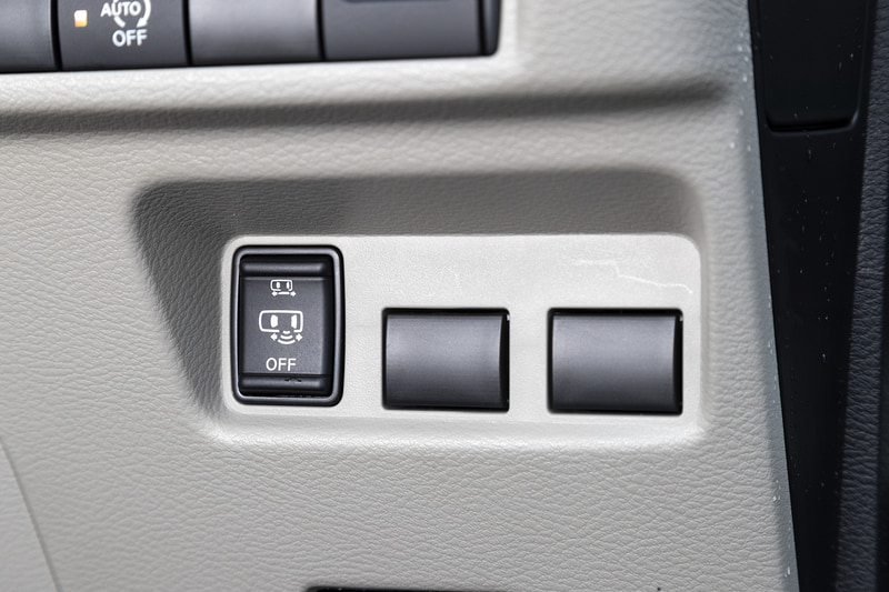 スライドドア下部に足先を入れることで開くことが可能なハンズフリーオートスライドドアを採用。運転席側はオプション