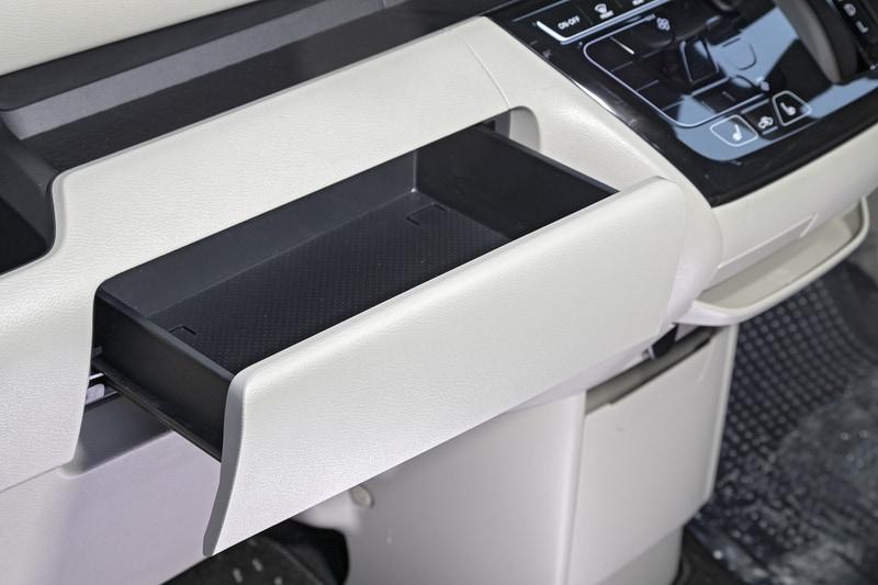 助手席前にはボックスティッシュを収納できる引き出し式のグローブボックス