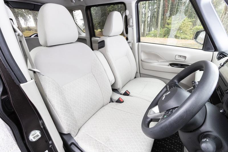 フロントシートはベンチタイプでアームレストも装備。G、Tグレードのシート表皮ははっ水タイプ