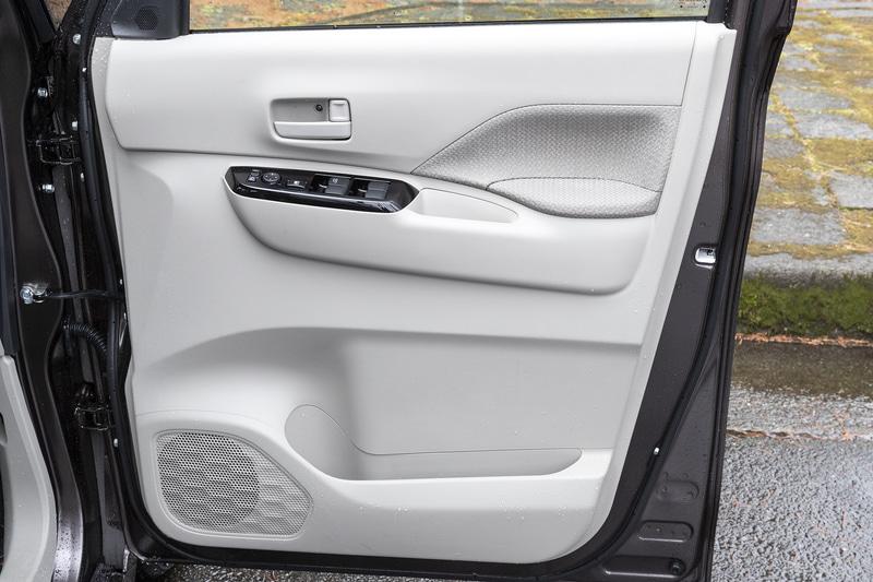 運転席ドアトリム。シンプルなデザインながら上質なイメージ