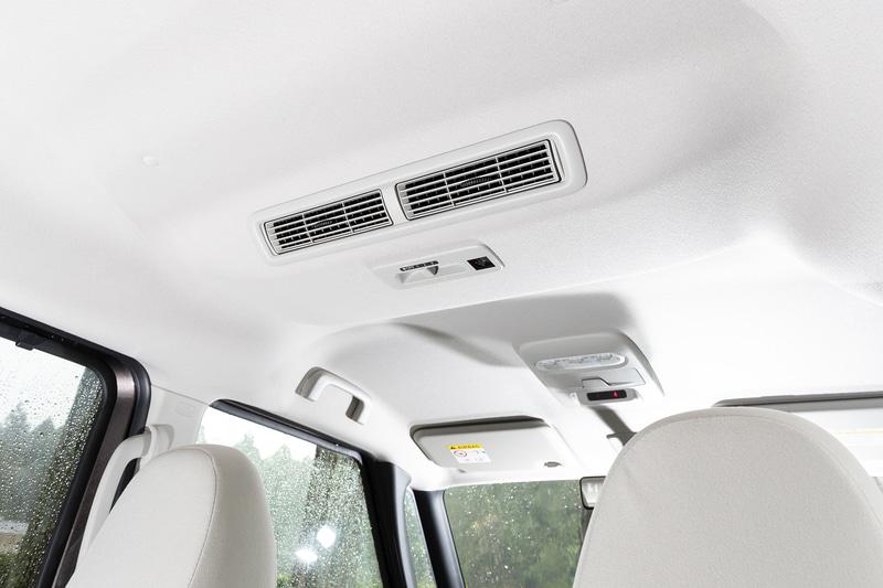 車内の空気を循環させるリアサーキュレーターはスマートなトリム一体型を採用。プラズマクラスター機能を内蔵したほか、スイッチ部分を下側にすることで運転席からの操作も可能に