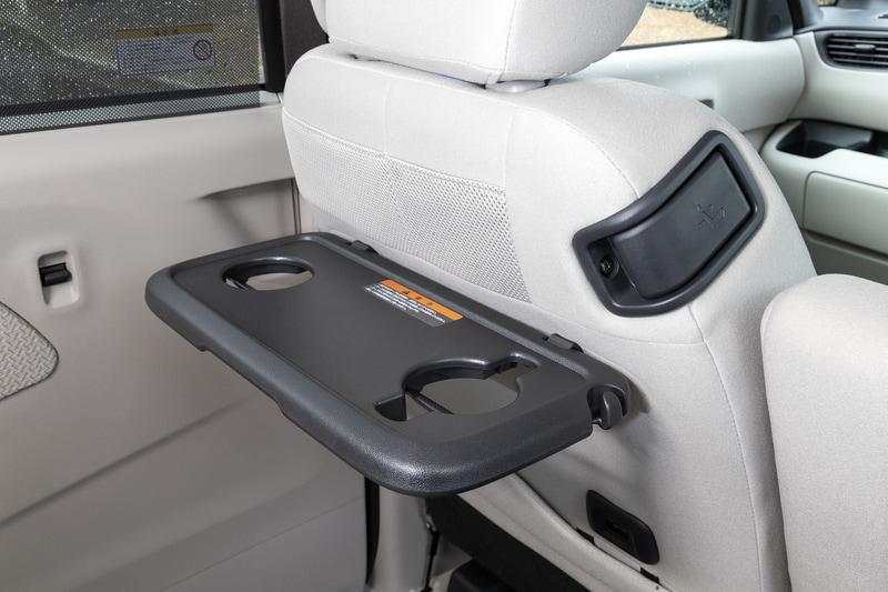助手席背面のテーブルはG、Tグレードに標準。オプションで運転席背面にも装着可能。ショルダー部のレバーを引くことで運転席からも助手席背もたれの操作が可能