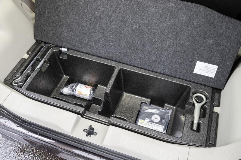 ラゲッジフロア下部にはパンク修理キットと工具が収納される