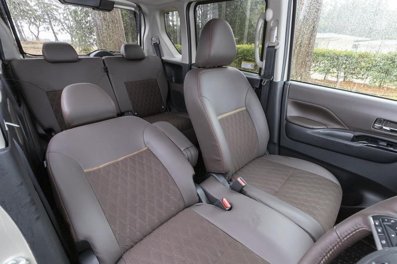 プレミアムインテリアパッケージの場合、シート表皮は合成皮革とファブリックのコンビネーションに。助手席前倒しレバーは標準では非装着