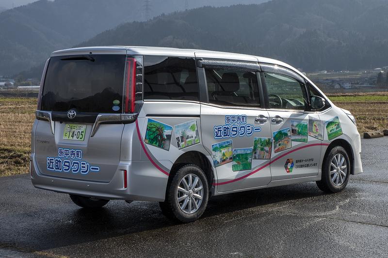 永平寺町が導入しているのが、トヨタ「エスクァイア」をベースに乗り降りのしやすさや3列シートへの乗り込みを容易にした多人数送迎車「ウェルジョイン」。定員は7名