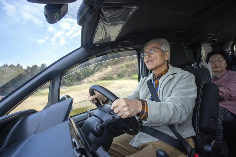 近助タクシーの車内ではドライバーや利用者同士の会話が生まれる。そうした人とのつながりから多くの情報が入るので、利用者はもちろん利用されていない方を含めた見守りにもなる