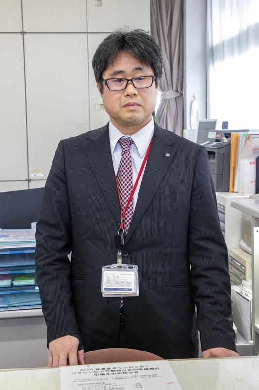 浄法寺郵便局長の吉川泰正氏。この地で育った地元の方なのでドライバーと同様、地域のことには詳しい