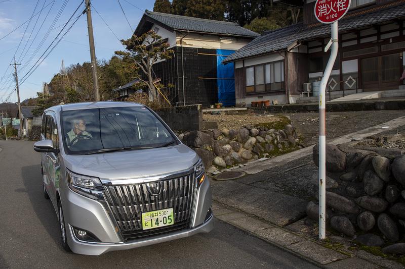 大谷氏の運行に同行してみた。利用者が乗車しやすいよう転回させてステップのある左側を家の側に付けるのに思いやりを感じた